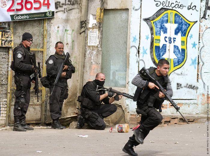 Brazilian Police vs Drug Traffickers (19 pics)