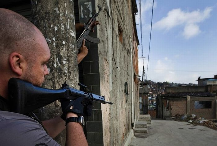 Brazilian Police vs Drug Traffickers (19 pics)