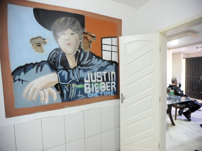 Drug King's Triplex Inside a Slum with Justin Bieber Inside (10 pics)