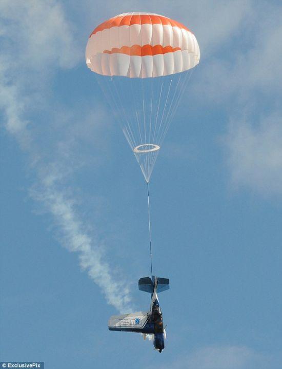 Stunt Plane Snapped Apart Mid-Air (5 pics)
