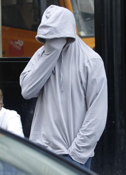 Celebrities Hiding Their Faces from Paparazzi (31 pics)