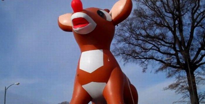 Christmas Parade Balloon Bursts (6 pics + video)