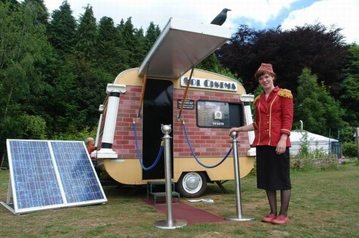The Smallest Cinema Powered by the Sun (25 pics)