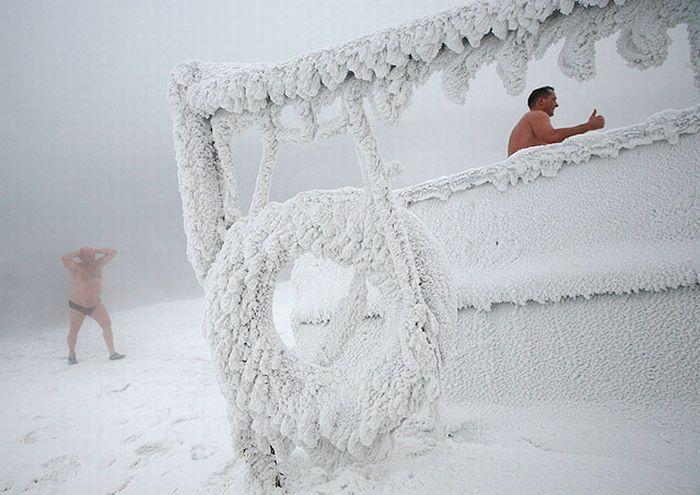Winter Swimming in Siberia (10 pics)