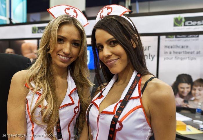 Girls of CES (21 pics)