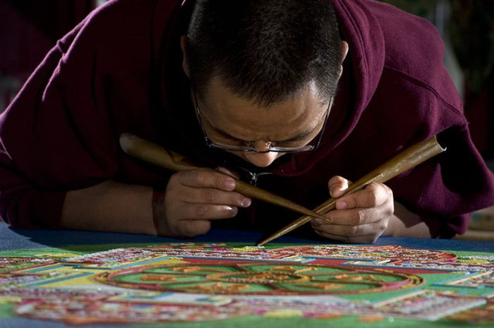 Tibetan Monks Make Sand Mandala in Placerville (11 pics)