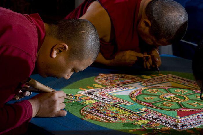 Tibetan Monks Make Sand Mandala in Placerville (11 pics)