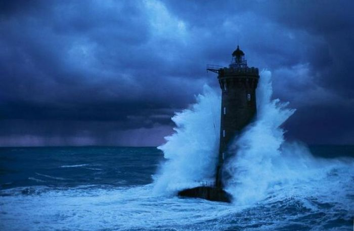 Lighthouse in the Storm (6 pics)