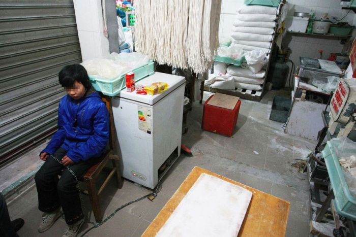 Parents in China Tie Their Kids to the Chairs (5 pics)