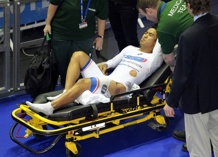 Azizulhasni Awang Finishes Track Race with Splinter Through Leg (10 pics + video)