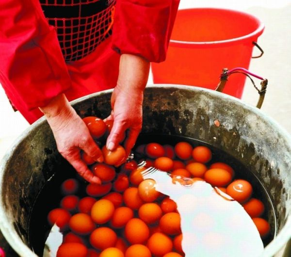Boy's-Urine-Soaked Eggs are Local Specialty in China (4 pics)