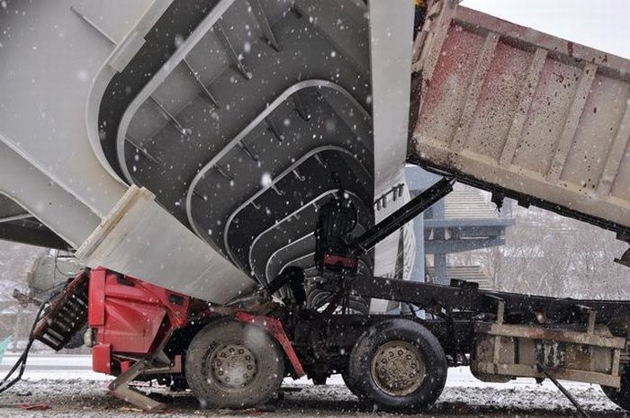 Truck vs Bridge (3 pics)