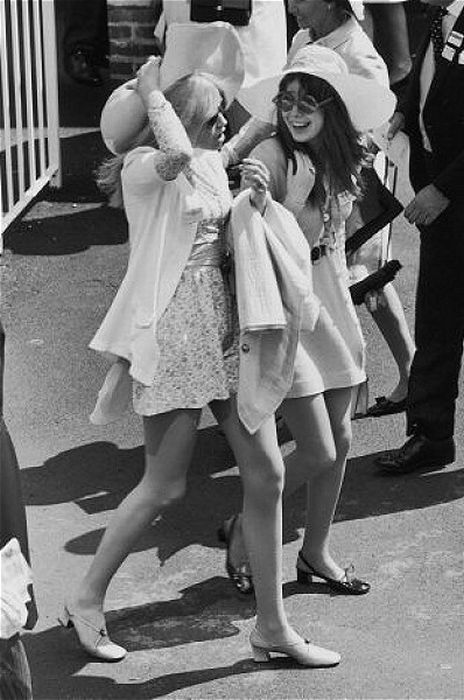 Miniskirts in 60s and 70s (38 pics)