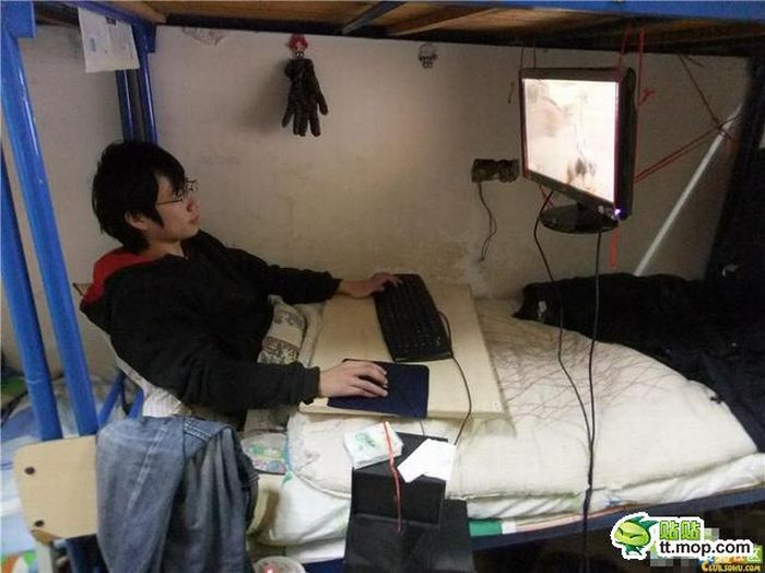 Workplace of a Chinese Student (8 pics)