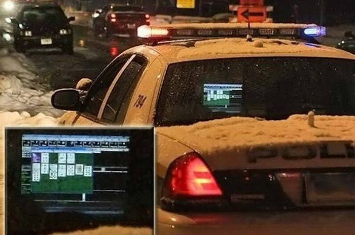 Cops Like To Play Solitaire (9 pics)