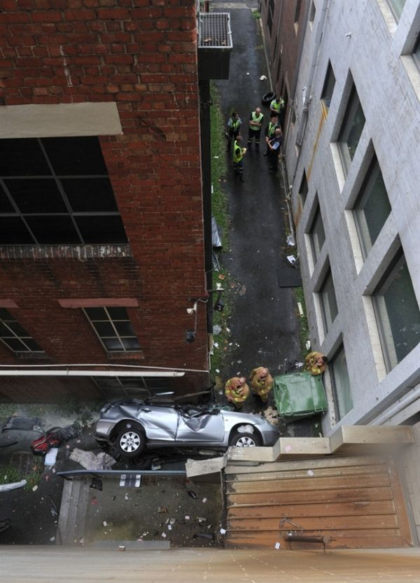 Car Fell From The Sixth Story of Parking Lot (2 pics)