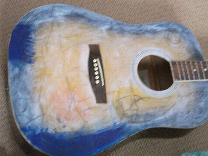 The New Life For an Old Guitar (6 pics)