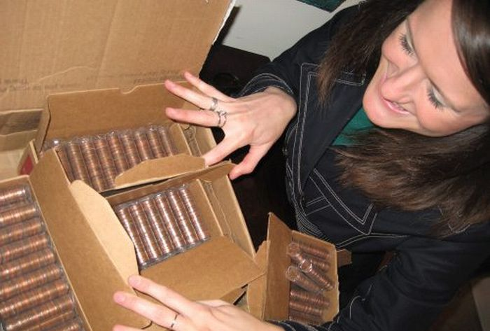 10,000 Pennies in One Box (19 pics)