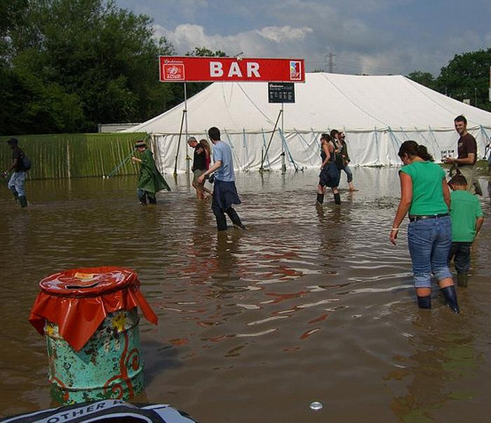 Drinking During Floods (30 pics)