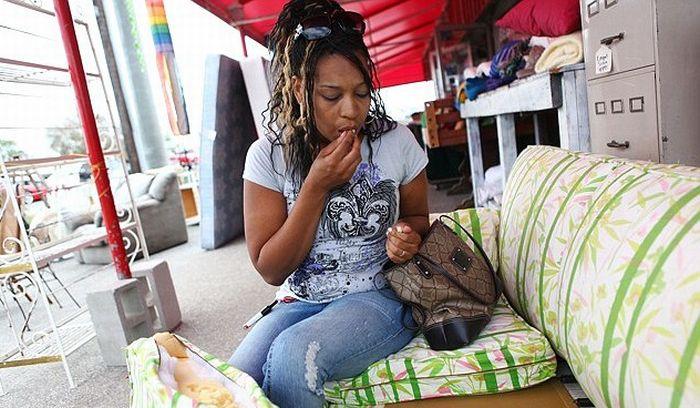 The Woman Who Eats Sofas (5 pics)