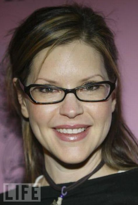 Celebrities Wearing Glasses (42 pics)