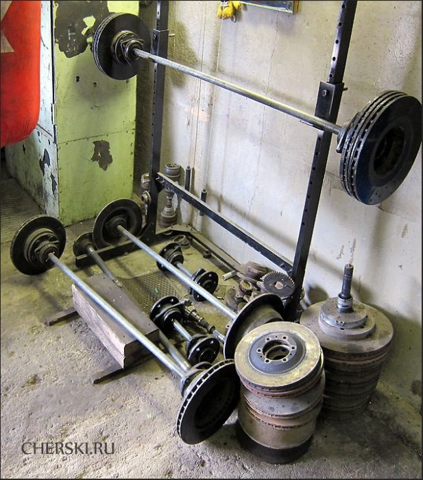 Gym Inside an Auto Body Shop (9 pics)