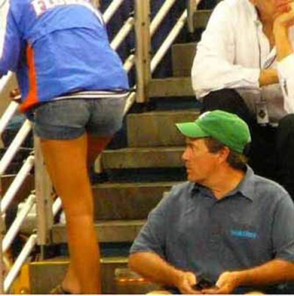 People Staring at Butts (33 pics)