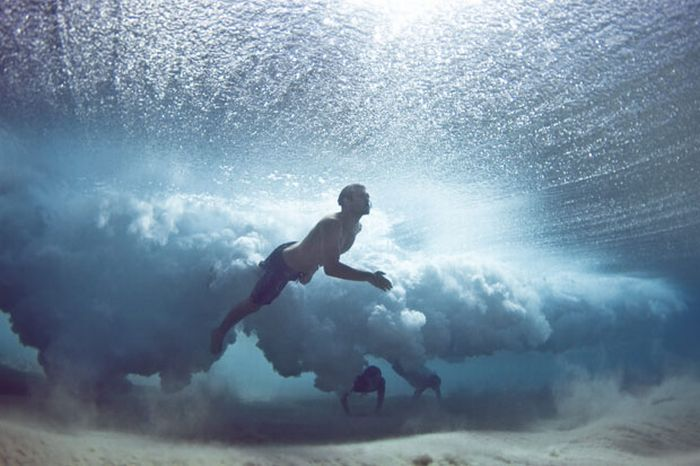 Divers Beneath the Waves (10 pics)