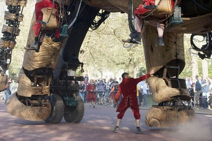 Huge Mechanical Elephant in the Streets of London (17 pics)