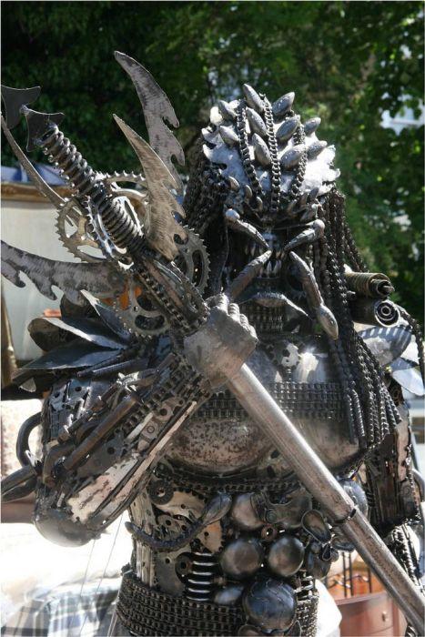 Predator Statue (12 pics)