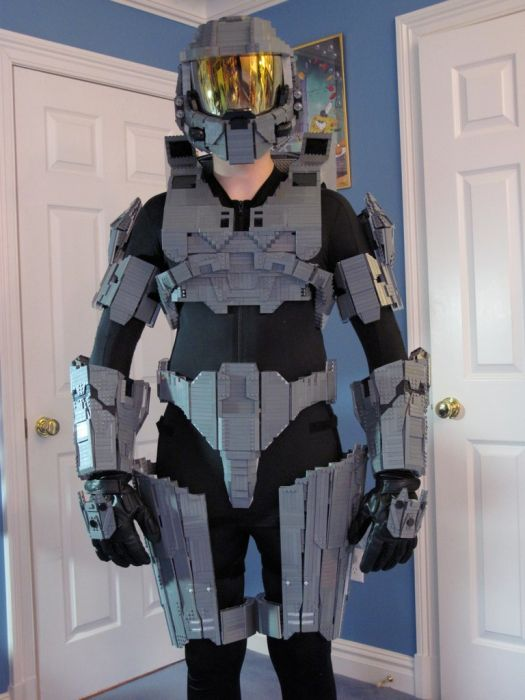 Master Chief Armor Made Out of Lego (13 pics)