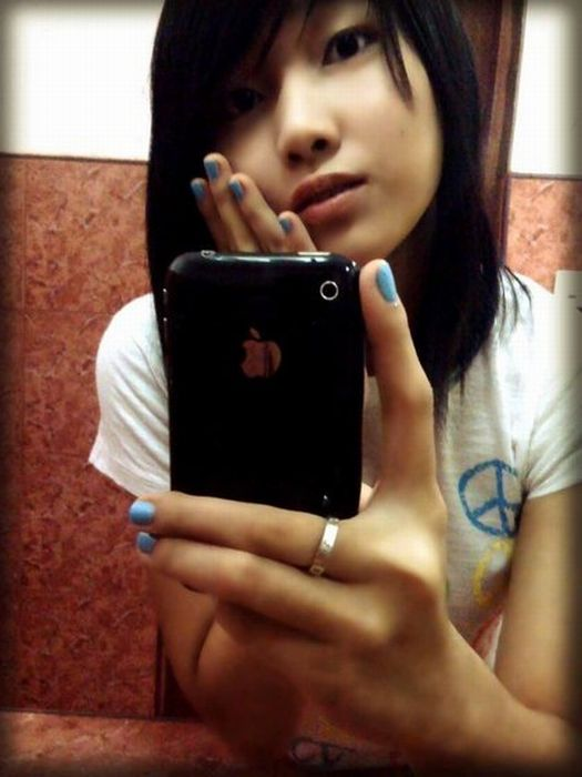 Cute iPhone Girls (67 pics)