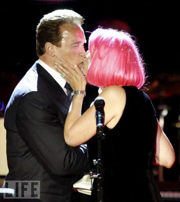 Awkward Kisses of Famous People (42 pics)
