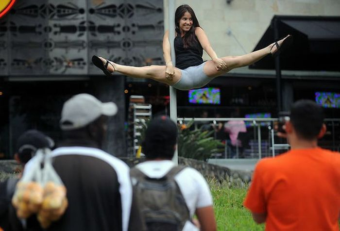 Pole Dancing in the Streets (9 pics)
