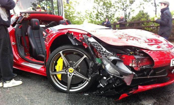 Ferrari Crash (8 pics)