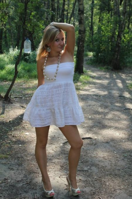 Why Does She Hold Her Head in Every Photo? (15 pics)