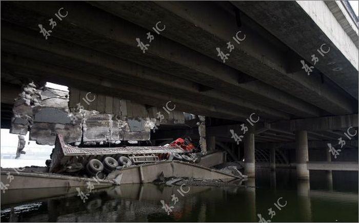 Bridge Collapses under the Truck (11 pics)