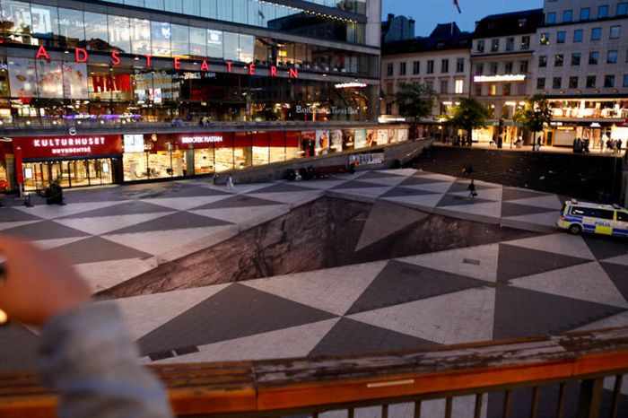 Awesome Street Illusion in Stockholm (15 pics + 1 video)