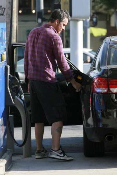 Celebrities at Gas Stations (18 pics)