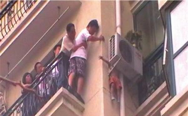 Child Saved by an Air Conditioner (4 pics)