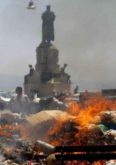 Garbage Wars in Naples (13 фото)