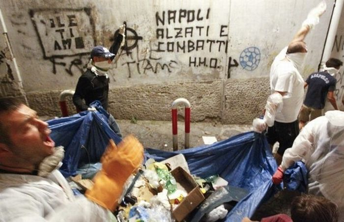 Garbage Wars in Naples (13 pics)