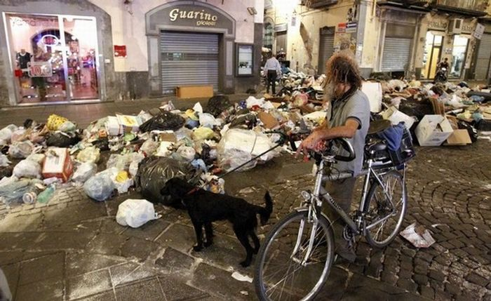 Garbage Wars in Naples (13 фото)