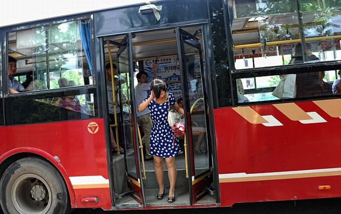 Women Got Her Neck Trapped in the Closing Bus Doors (3 pics)