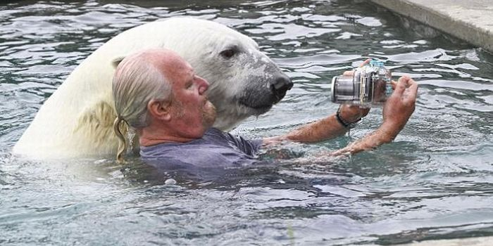 Man and a Polar Bear (6 pics)