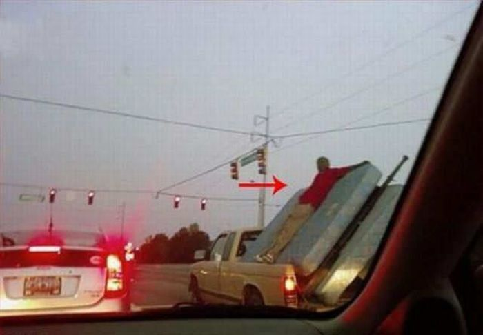 People Doing Stupid Things (34 pics)