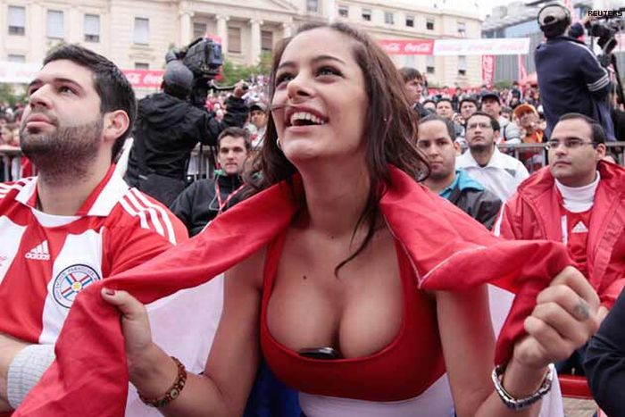 Larissa Riquelme and the Phone in Her Cleavage (22 pics)