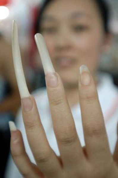 People with Long Fingernails (15 pics)