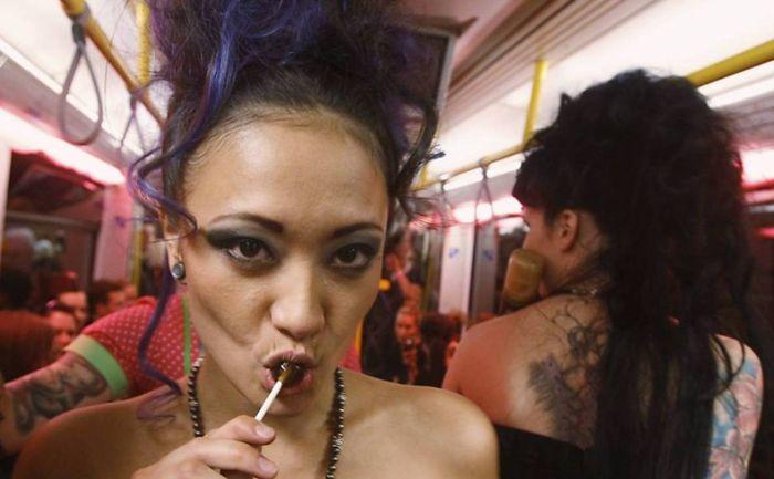 Fashion Show on Subway Train (17 pics)