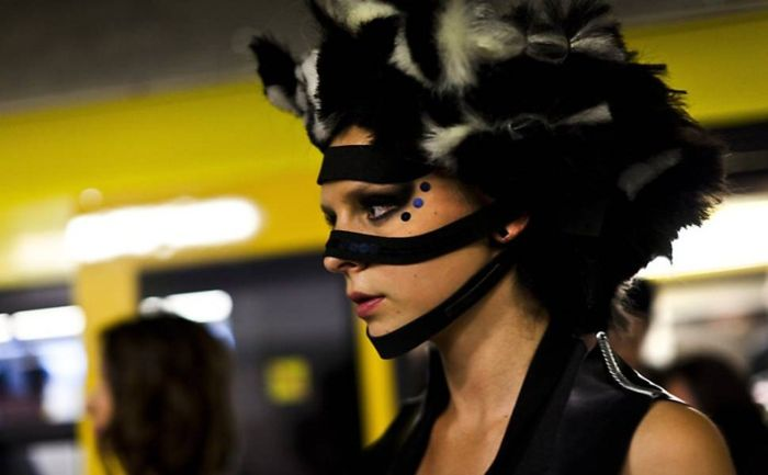 Fashion Show on Subway Train (17 pics)
